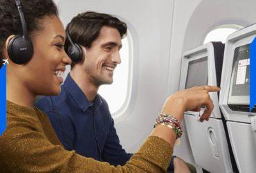 Deux passagers dans un vol d'Air France manipulant une tablette adossée à un siège