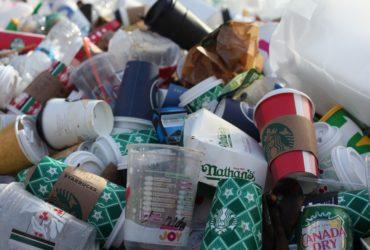 Un tas de déchets plastiques