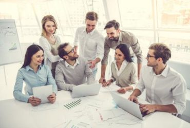 Un groupe de jeunes gens au sein d'une startup