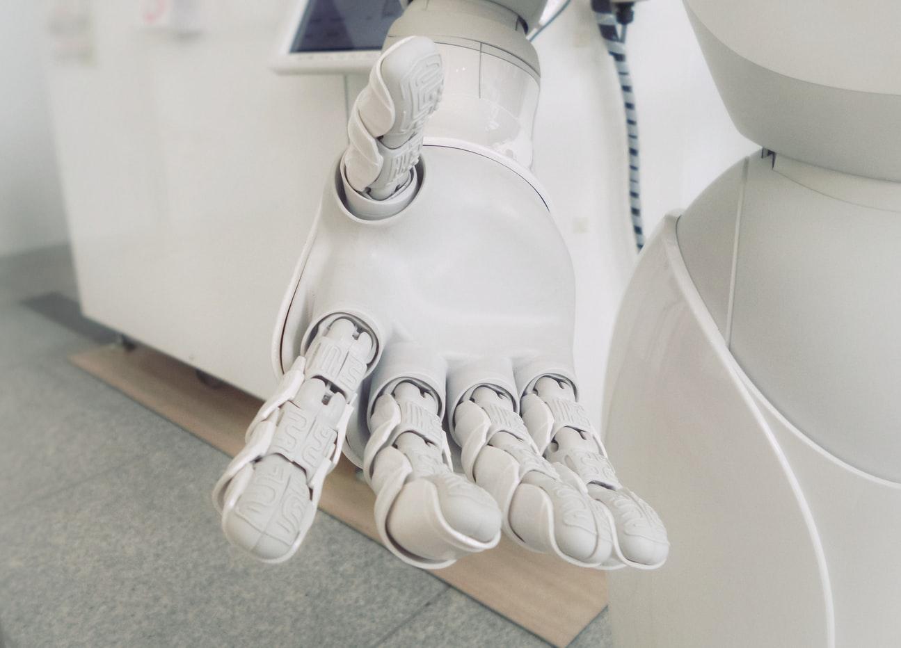 La main d'un robot blanc, incarnant l'intelligence artificielle