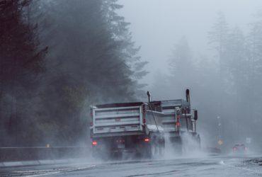 Un gros camion sur une route des Etats Unis