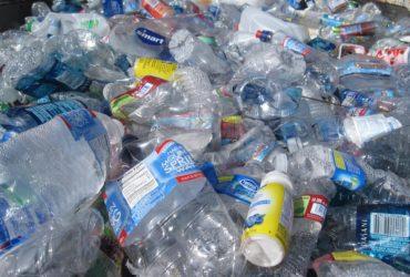Un tas de bouteilles plastiques.