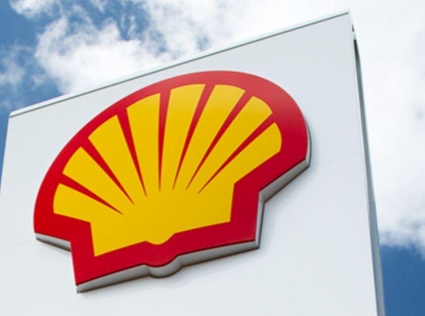 Le logo du groupe Shell sur un grand mur.