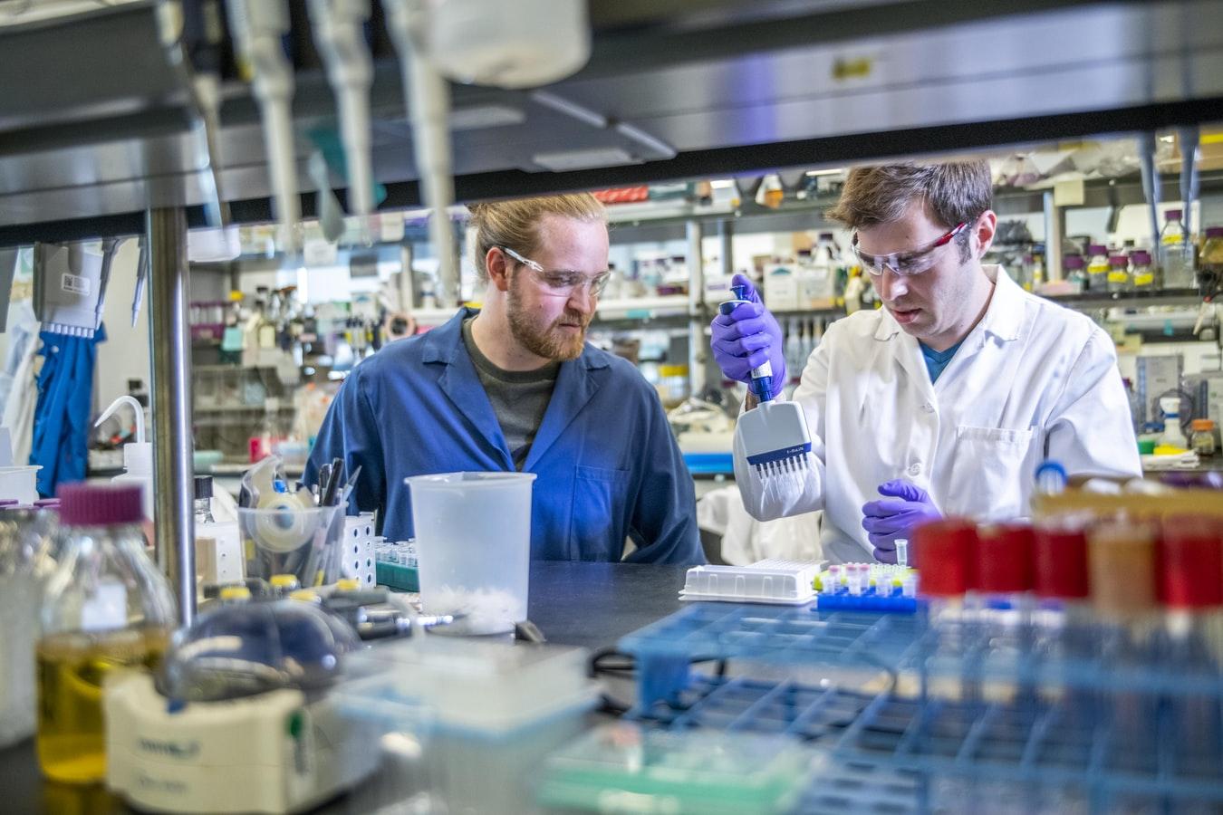 Des scientifiques dans un laboratoire.